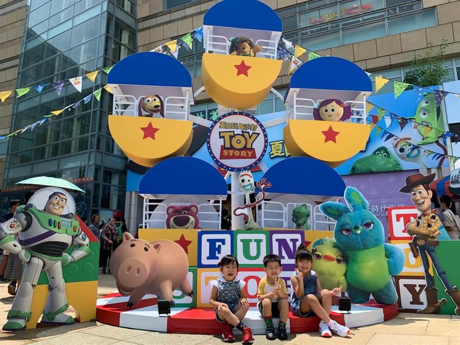 玩具總動員「夏日玩具派對」打造3.5公尺「玩轉摩天輪」。(柯宗緯攝)