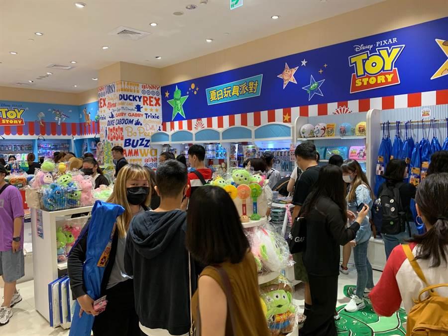 玩具總動員主題店販賣各式周邊商品,令人「童心」大發。(柯宗緯攝)