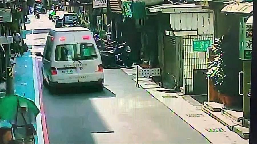 台北市五條通的卡拉OK店傳出喋血衝突,救護車獲報趕往急救。(翻攝畫面/胡欣男台北傳真)