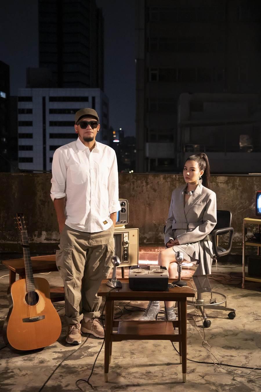 張震嶽(左)與江靜合唱新曲並拍攝MV。(本色音樂提供)