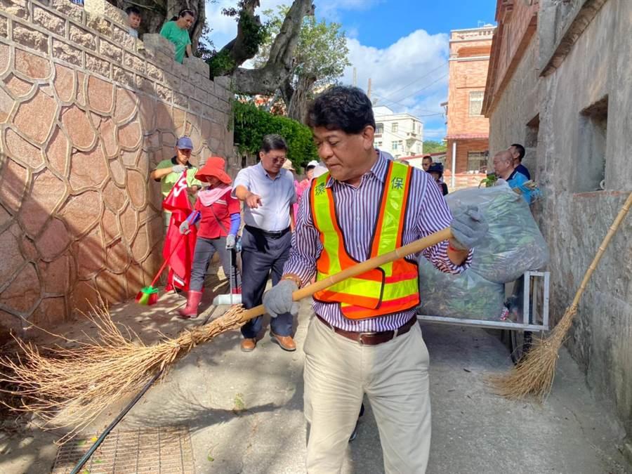 金湖鎮長陳文顧在今(2)日的社區清潔日活動,偕社區環保志工在正義、尚義社區打掃環境。(金湖鎮公所提供)