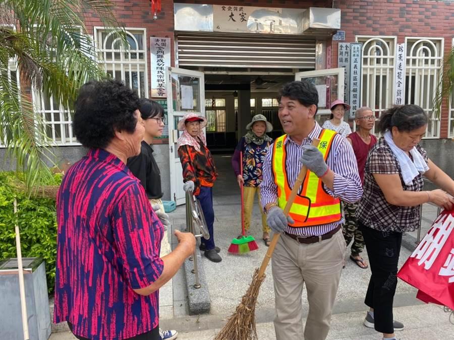 金湖鎮長陳文顧參加社區清潔日活動,與鄉親閒話家常,也聽取地方建設意見。(金湖鎮公所提供)