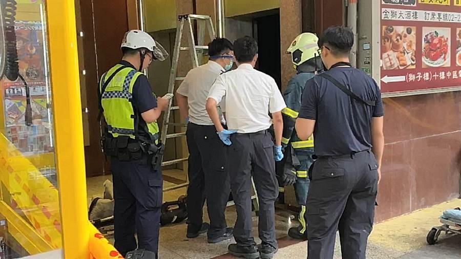 警方會同相關單位在現場調查。(翻攝畫面/胡欣男台北傳真)