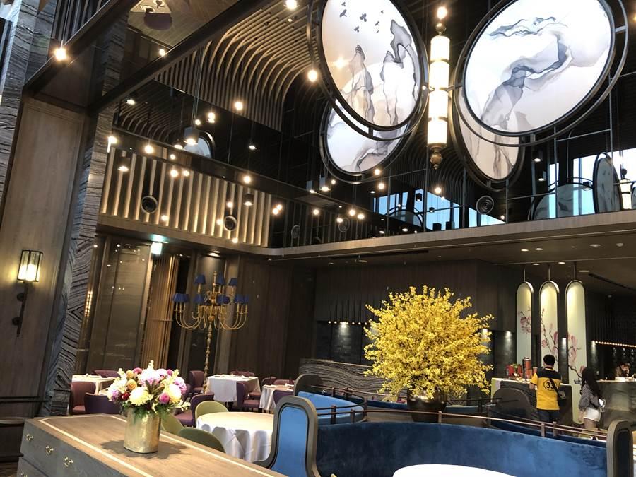 「逸薈軒」主打川揚料理,其挑高天花板設置一扇旋轉蝴蝶屏風。(黃采薇攝)