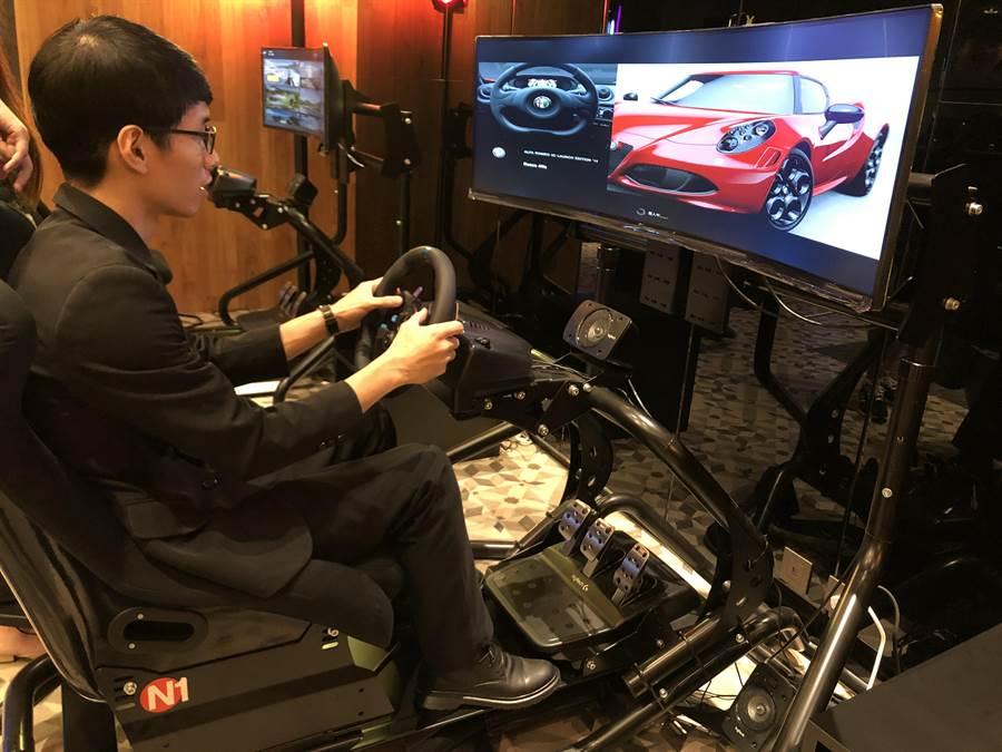 佔地百坪空間的「Cabin zone」擁有遊樂設施,圖為電競賽車實境遊戲。(黃采薇攝)