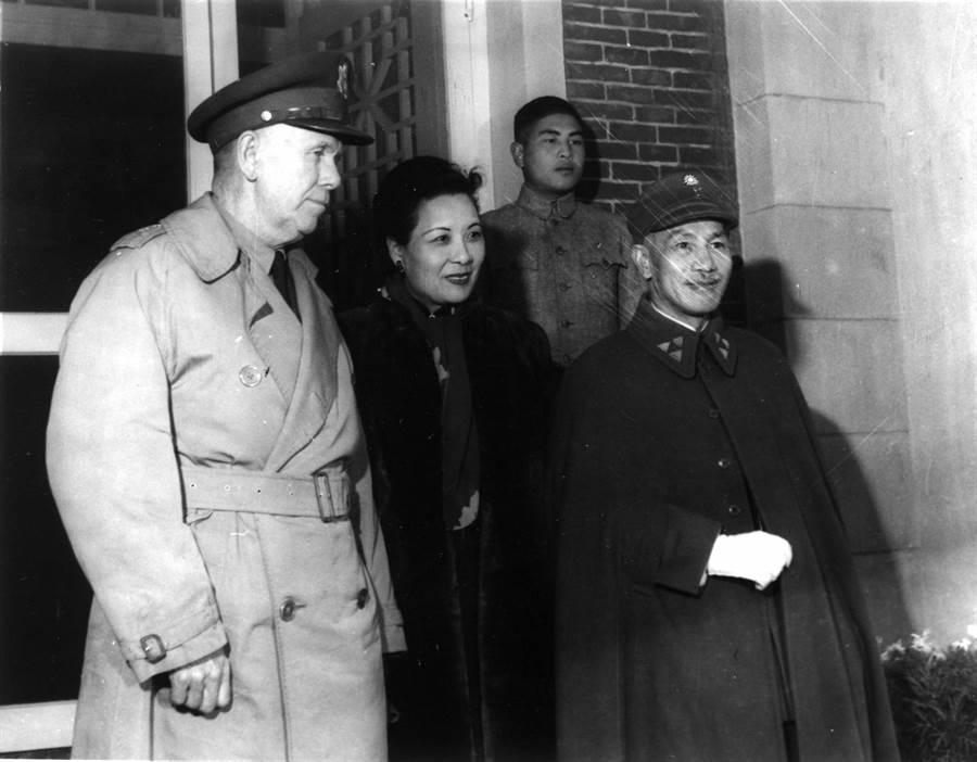 1945年,馬歇爾(左起)、蔣宋美齡、蔣介石。(本報系資料照片)