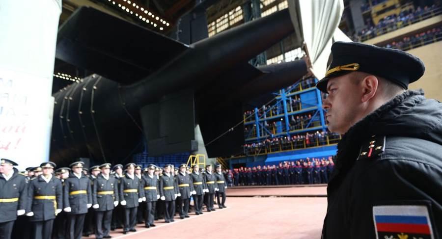 全球最長潛艇、無人水下核載具波塞冬專用母艦別爾哥羅德號進行測試,預定年底服役。圖為別爾哥羅德今年4月下水典禮。(圖/衛星通訊社)