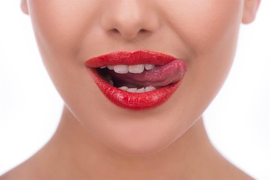 一名酒店女業者,因舌上出現異狀,確診斷出菜花。該女極力撇清有發生特殊性行為,醫仔細診斷後才發現「一習慣」是感染關鍵。(示意圖/Shutterstock)