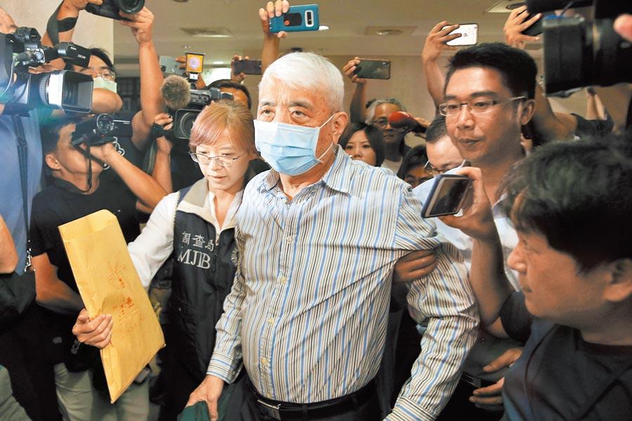 台北地檢署偵辦立委涉嫌收受千萬賄款介入SOGO經營權之爭、土地變更案,涉案的前太流董事長李恆隆(中)1日被移送至北檢複訊。(杜宜諳攝)