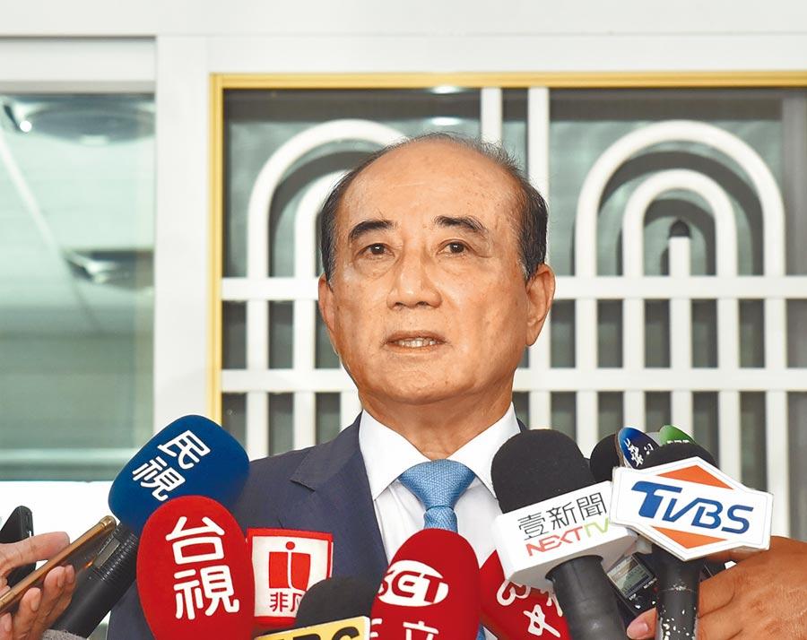 前立法院長王金平1日懷念前總統李登輝,表示李為推動修憲,曾在雨中罰站了10多分鐘。(林瑞益攝)