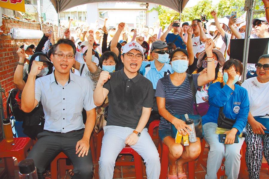 「罷王」送出第一階段連署書,許多民眾1日集結在罷王總部,高喊:「罷免王浩宇!」(黃婉婷攝)