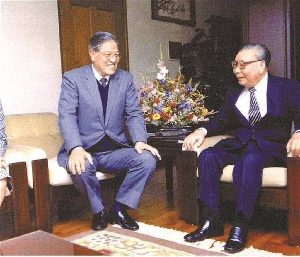 前總統李登輝(中)、前總統蔣經國(右)。(圖/本報系資料照)
