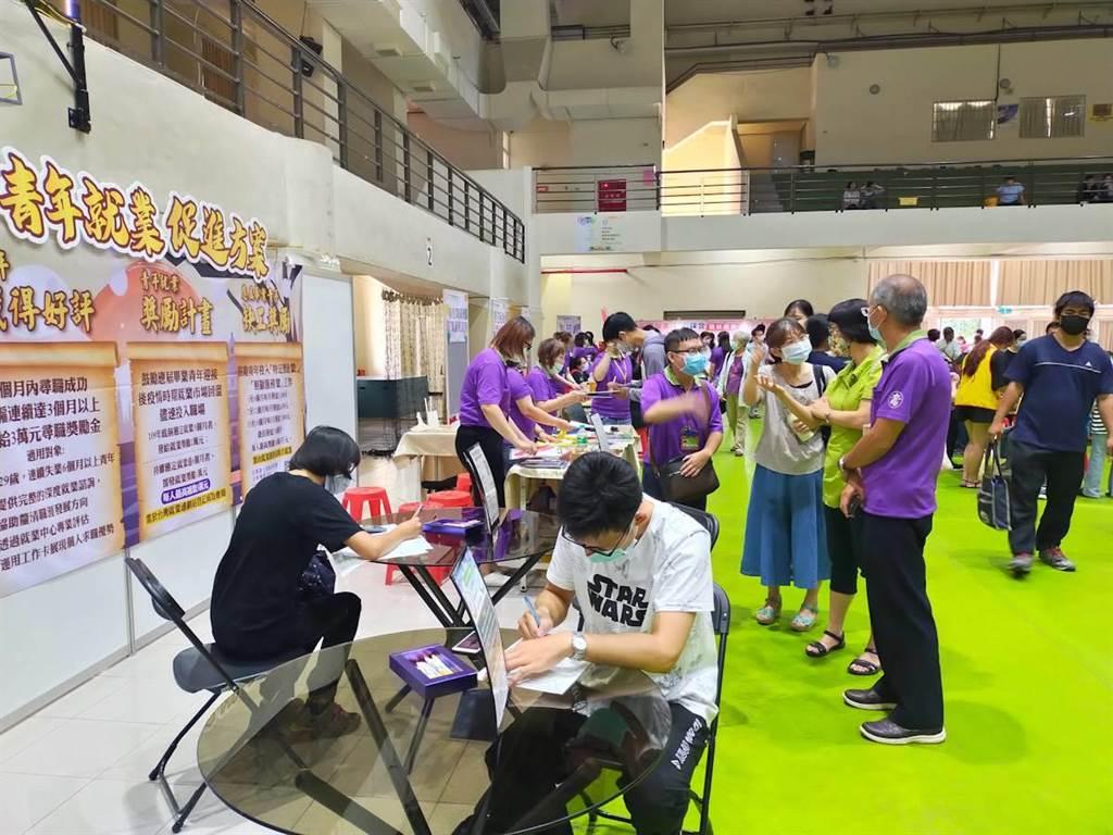 高市府挺社會新鮮人就業,祭出最高13.8萬獎勵金。(高市勞工局提供/柯宗緯高雄傳真)