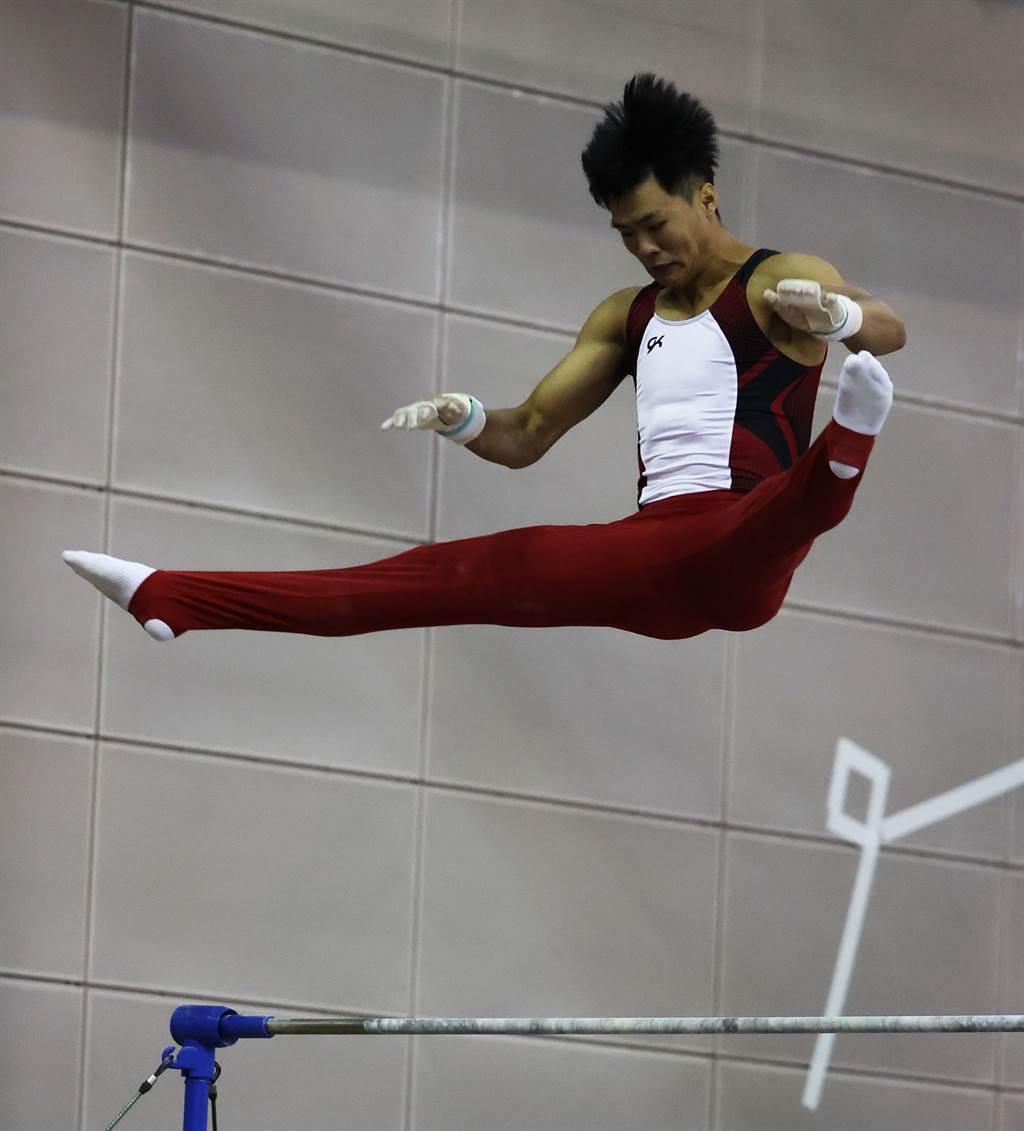 體操好手唐嘉鴻在模擬奧運對抗賽單槓展現新動作。(國訓中心提供)