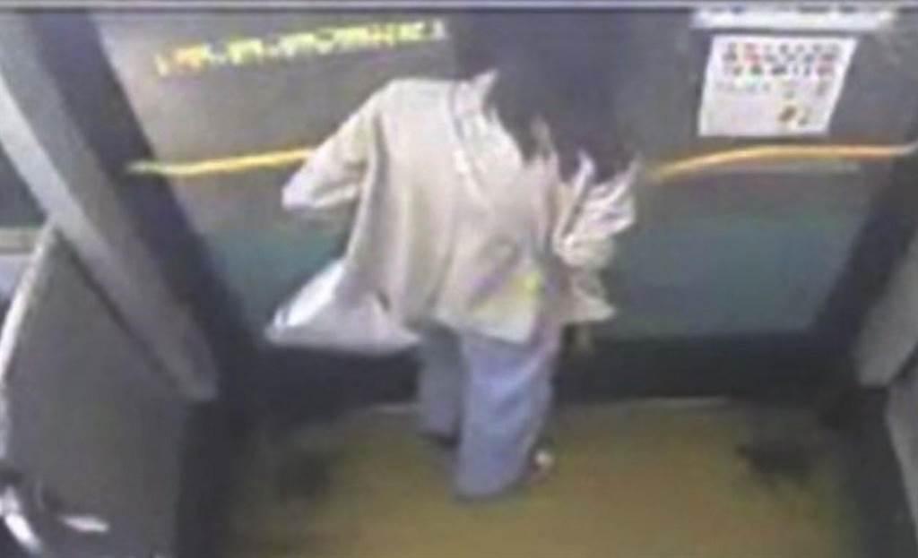 从监视器画面,看到女同学在开启车门后起身准备下车,车门秒变「虎头铡」夹住她的头,她当下痛到秒哭。(翻摄画面/陈世宗台中传真)