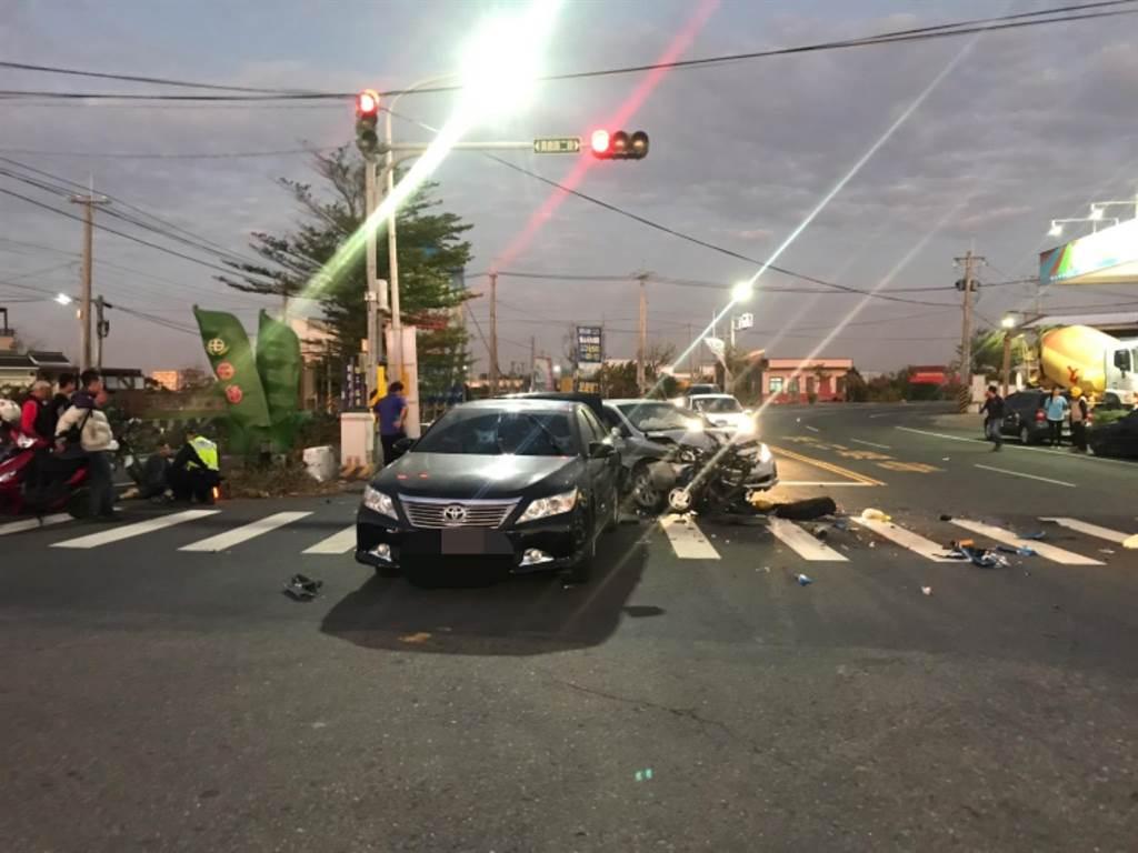 車禍當時除了王婦遭撞,還波及到前方一輛黑車,王婦遭撞後時飛越黑車,落在近十公尺遠的距離。(民眾提供/吳建輝彰化傳真)