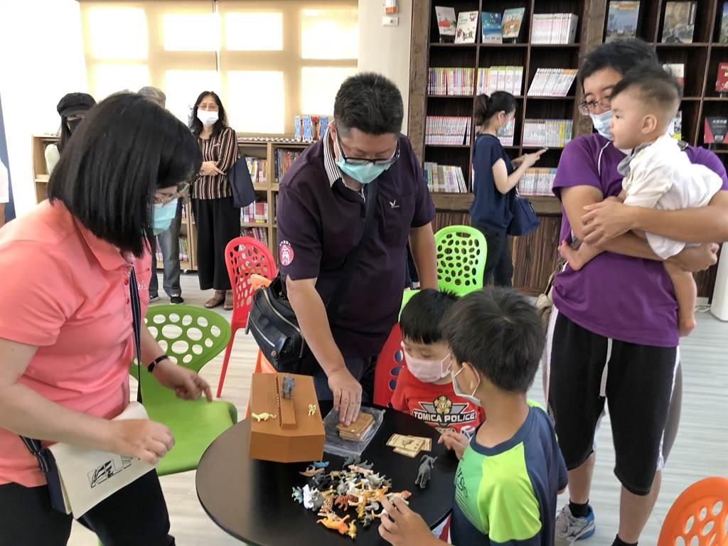 金沙鎮首座親子遊藝館內有桌遊、益智圖書及電腦影音設備。(李金生攝)