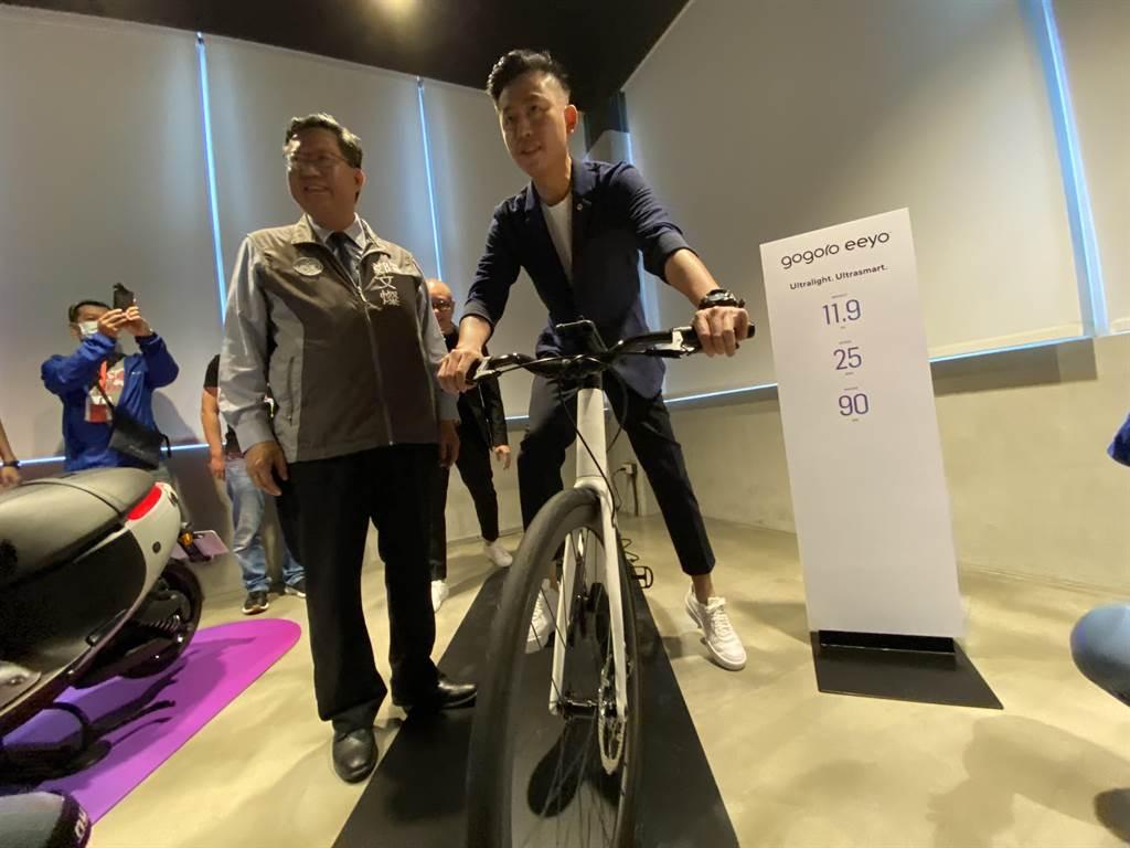 林智堅當場決定買一台要價12萬、Gogoro新推出的電動自行車送太太。(蔡依珍攝)