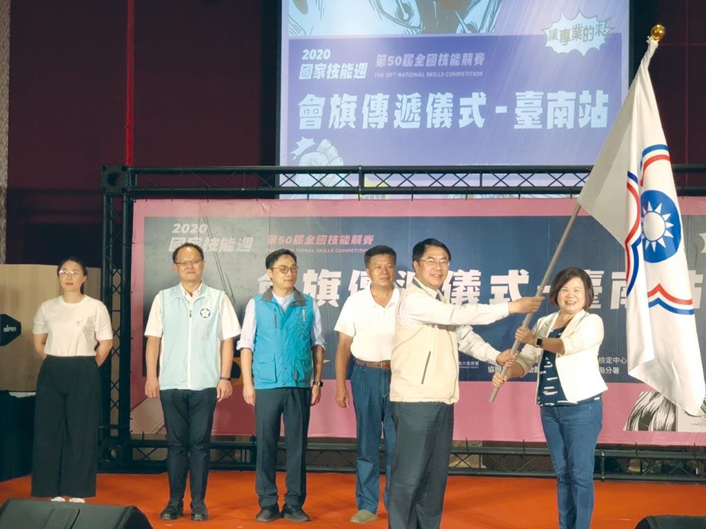 勞動部長許銘春(右一)特別南下親手將會旗傳遞給台南市長黃偉哲(右二)及雲林、嘉義縣市政府代表。圖/郭文正