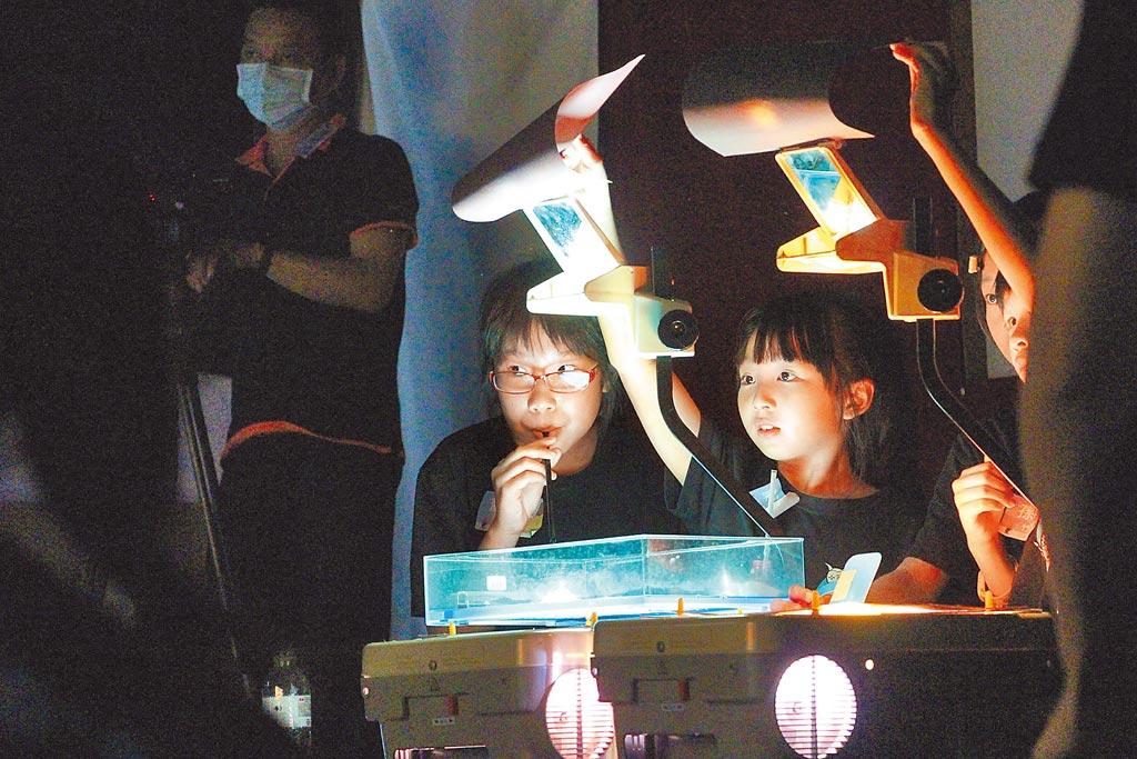 高史博連續3年舉辦「皮影戲駐校計畫」,學員演出皮影戲。(高史博提供/林瑞益高雄傳真)