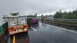 哈格比雨用倒的  西濱伸港段小貨車側翻