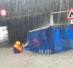 桃園豪雨涵洞淹水1米深 小貨車陷入 駕駛不知去處