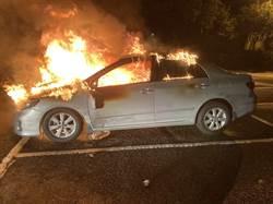 三峽白雞路邊轎車起火燃燒 車內驚見1具焦屍
