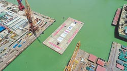 6.8萬噸巨無霸借潮位出塢