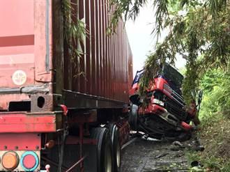 颱風雨路滑 貨櫃車撞山壁駕駛卡車頭送醫