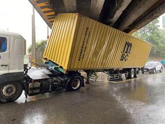 貨櫃車硬闖陸橋卡住 靠輪胎洩氣順利脫困
