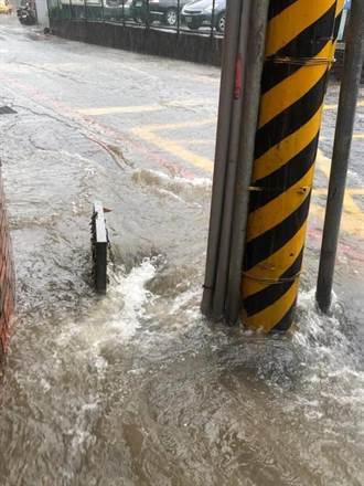 颱風來襲!淡水新興里長吳錦泉徒手開水溝蓋排除積水