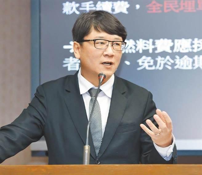 立委貪瀆案,趙正宇交保雙手合十快步上車。(中時資料庫)