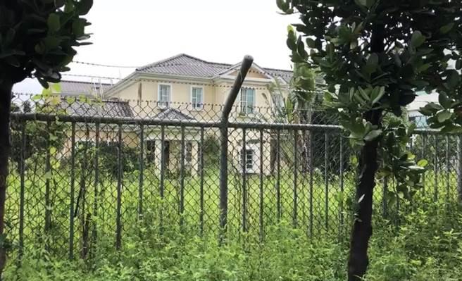 蘇嘉全捐給長治鄉公所的農舍,如今荒蕪一片。(林和生攝)