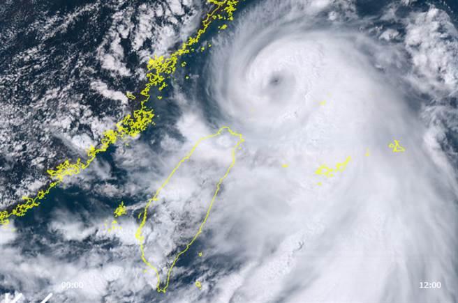 颱風眼開了!哈格比強度達顛峰 下半天警戒地區曝光。(翻攝自向日葵8號衛星)