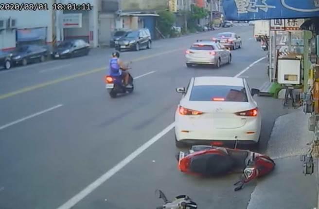 新竹竹北中正東路上,白色轎車路邊停車,倒車撞倒機車。(截自《新竹爆料公社》影片)