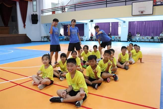 台灣師大女籃球員跟學員互動。(取自小大師籃球菁英培訓營臉書粉絲團)