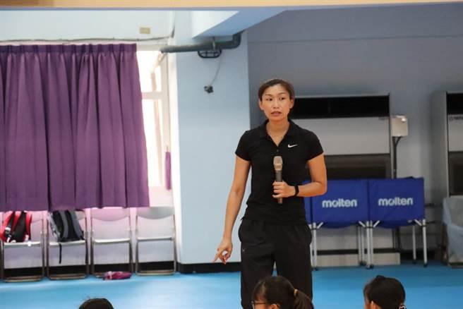 台灣師大女籃教練梁嘉音親自擔任這次訓練營的教官。(取自小大師籃球菁英培訓營臉書粉絲團)