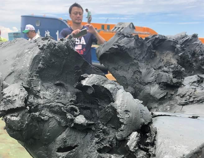 茄萣區漁民指施作離岸風力發電水下基礎工程的人員,於今年2、3月份在興達漁港港內亂倒廢土,達20至30萬方土方,擔心造成二次汙染。高雄市海洋局8月3日說,尊重養殖漁民訴求,已經停止原本的養灘計畫。(漁民提供/林瑞益高雄傳真)