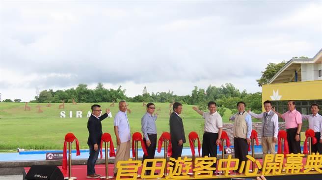 西拉雅国家风景区官田游客中心开幕启用,大草原景观吸睛。(庄曜聪摄)
