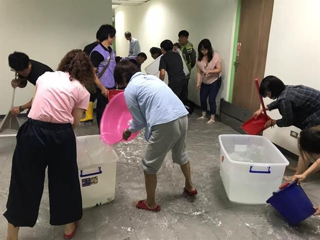 台北兒童新樂園內的兒童劇場,今(3)日因大雨造成劇場外水管爆裂,讓承租單位如果兒童劇團連帶受到波及,累積20年的音響、戲偶、道具等心血全被突如其來的雨水淹沒。(如果兒童劇團提供)