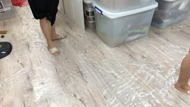 團長趙自強表示,淹水時劇團人員行走如滑冰。(如果兒童劇團提供)