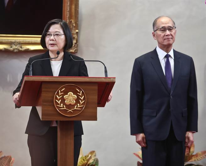 總統府3日舉行記者會,蔡英文總統(左)宣布由李大維(右)接任總統府祕書長一職。(劉宗龍攝)