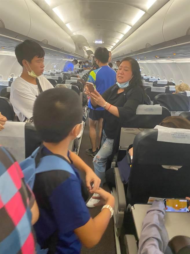 旅客在機上苦等5小時,有人抱怨都快昏倒了!(民眾提供)