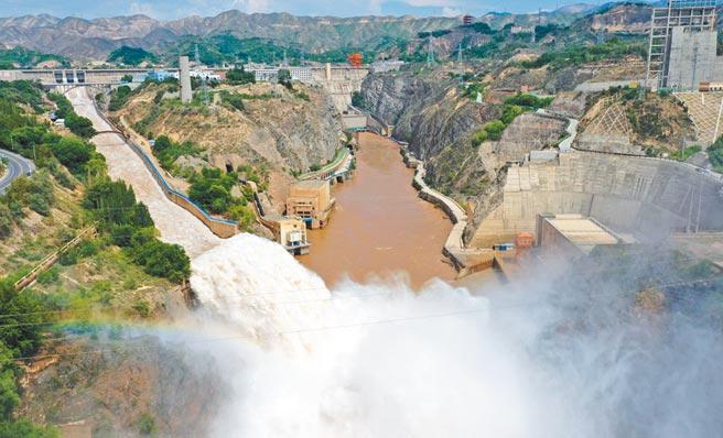 為確保安全,7月21日,黃河上游甘肅劉家峽水庫進行洩洪。(新華社)