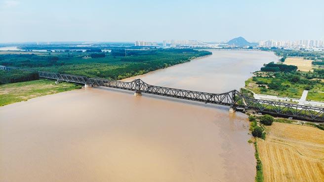 黃河洪水流經山東。圖為6月30日黃河濟南段濼口黃河鐵路大橋附近的河面。 (新華社)