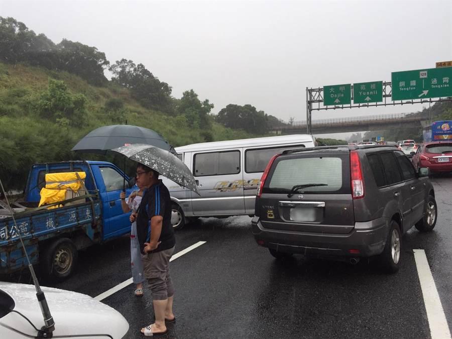 國道3號南下通霄段3日發生多車追撞事故。(苗栗縣消防局提供/何冠嫻苗栗傳真)