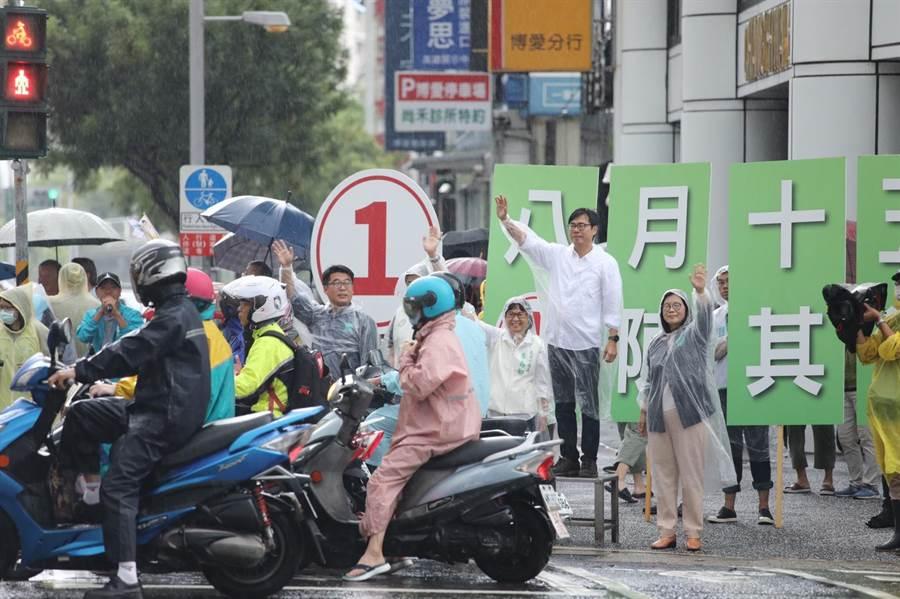 高雄巿長補選民進黨候選人陳其邁3日風雨無阻站路口拜票。(曹明正攝)