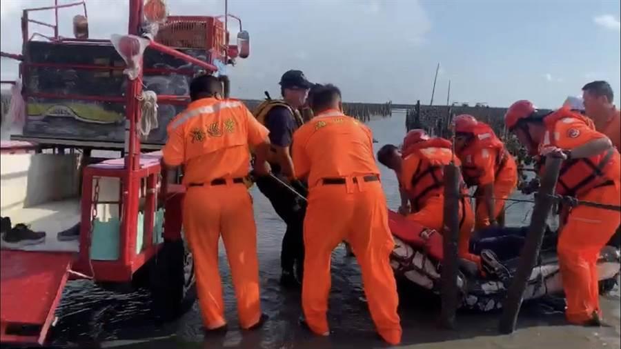 海巡人員獲報後,在現場持續搜索約半小時,才發現老翁蹤跡,隨即施行CPR搶救,並送往醫院搶救。(海巡署第三岸巡隊提供/吳建輝彰化傳真)