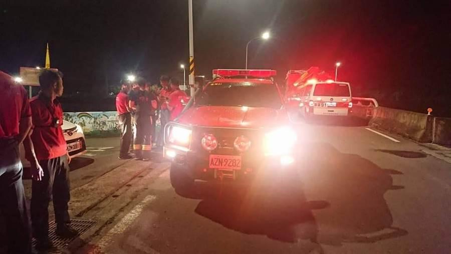 嘉義消防人員集結在華興橋岸,哈格比颱風夜展開搜救行動。(嘉義市消防局提供)