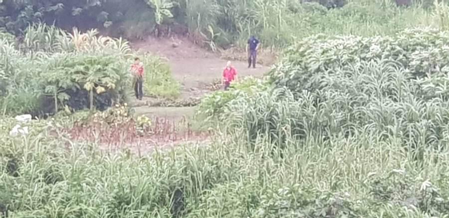 嘉義縣市警義消人員在華興橋下及沿岸周邊大搜救。(嘉義市消防局提供)